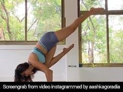 टीवी एक्ट्रेस Aashka Goradia ने इस अंदाज में किया शीर्षासन, Video हुआ वायरल
