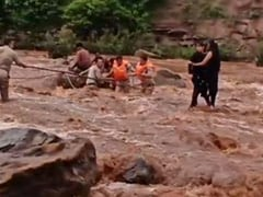 पिकनिक मनाने गई लड़कियां सेल्फी लेते समय नदी के बहाव में फंसीं, पुलिस ने बचाया, VIDEO