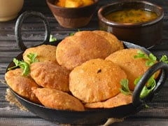 Indian Cooking Tips: Make Garlic Potato <i>Poori</i> For A Special Feast With Family (Recipe Video)