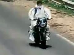 कोरोना वायरस संक्रमित मरीज को PPE किट पहनाकर एंबुलेंस के बजाय बाइक से भेज दिया! देखें VIDEO