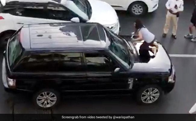 कार के अंदर गर्लफ्रेंड के साथ बैठा था पति, पत्नी ने पकड़ा तो उतारी चप्पल और फिर... देखें Viral Video