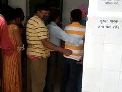 बिहार: सोशल डिस्टेसिंग की धज्जियां, भीड़ के पास ही कोरोना वायरस के मरीज भी