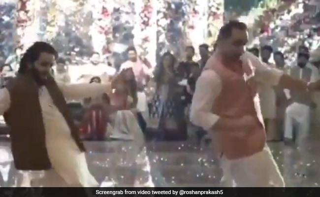 Ek Pal Ka Jeena गाने पर पिता और बेटे ने किया धमाकेदार डांस... देखें VIRAL VIDEO