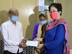 दिल्ली: रेप और हमले की शिकार बच्ची के परिवार को 'आप' विधायक आतिशी ने सौंपा दस लाख का चेक
