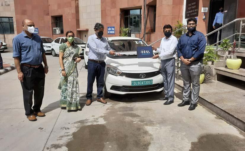 Raj Kumar Luthra, GM - EESL hands over Tigor EVs to PN Ranjit Kumar, JS (Admin), AYUSH Ministry