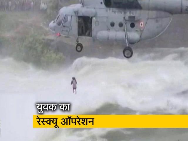Videos : भारतीय वायुसेना ने इस तरह बचाई युवक की जान