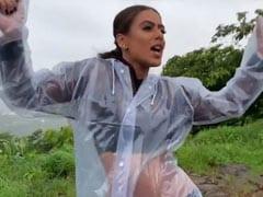 बारिश में रेनकोट पहनकर टीवी की इच्छाधारी नागिन Nia Sharma ने खूब किया डांस, Video हुआ वायरल