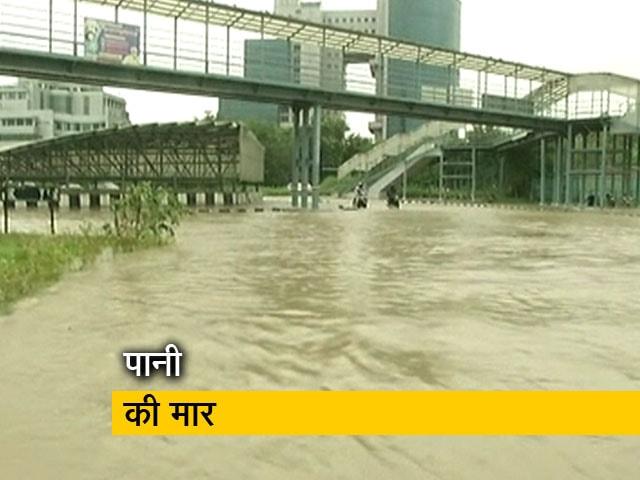Videos : गुरुग्राम में सड़कों पर बारिश के चलते जलभराव, लंबे ट्रैफिक से लोग परेशान