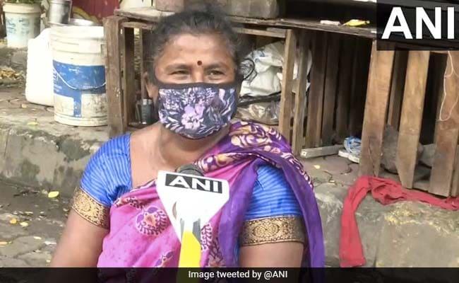 मुंबई : सड़क पर भरा पानी निकालने के लिए मैनहोल खोलकर हादसा टालने को घंटों 'चौकीदारी' करती रहीं कांता