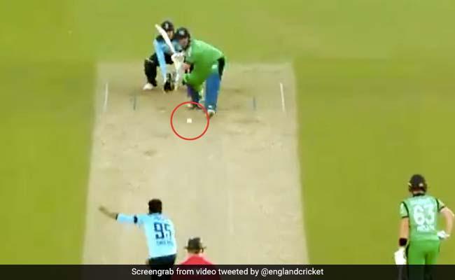 Eng Vs Ire: आदिल रशीद की 'लड्डू गेंद' पर बल्लेबाज ने बैठकर मारा धमाकेदार छक्का... देखें Viral Video