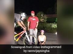 सड़क पर आराम से बैठी थीं सनी लियोन, तभी अचानक साइकिल सवार ने पैरों के पास आकर लगा दी छलांग- देखें Video