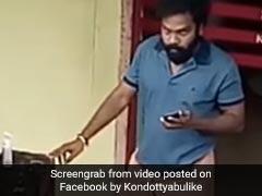 लुंगी में खाली बोतल लेकर सैनिटाइज़र चुराने आया शख्स, CCTV कैमरे को देखते ही किया ऐसा... देखें Video