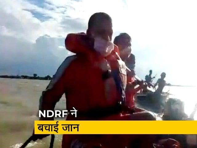 Videos : देश प्रदेश: बाढ़ में फंसे तीन युवकों की NDRF ने बचाई जान