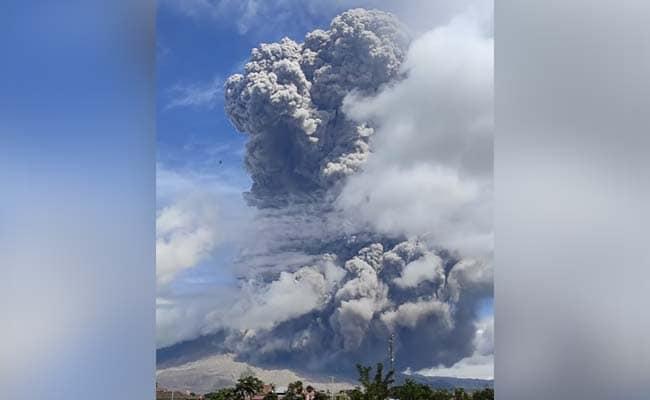 इंडोनेशिया ज्वालामुखी विस्फोट से धुआं, ऐश हवा में 5 किमी