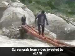 नदी पार करने के लिए गांव वालों ने जुगाड़ से बनाया ब्रिज, लकड़ी डाल ऐसे किया पार... देखें Viral Video