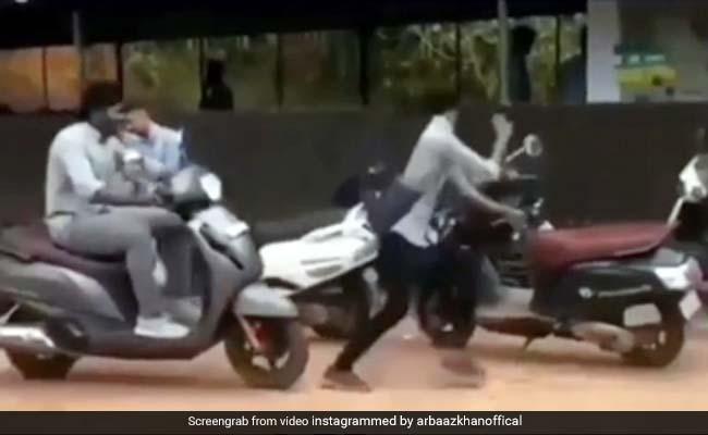 गाड़ी में लगाया कुत्ते की आवाज़ वाला Horn, बजाते ही डरकर हवा में उछल गया शख्स - देखें Reel Viral Video
