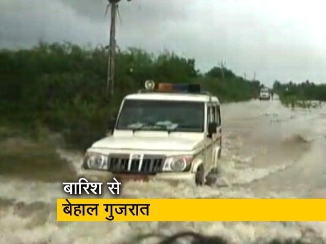 Videos : गुजरात में लगातार बारिश से लोगों का जीवन अस्त व्यस्त