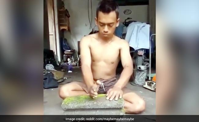 पत्थर की सिल्ली तोड़ रहा था शख्स, जोर से घुमाया हाथ और फिर... देखें Viral Video