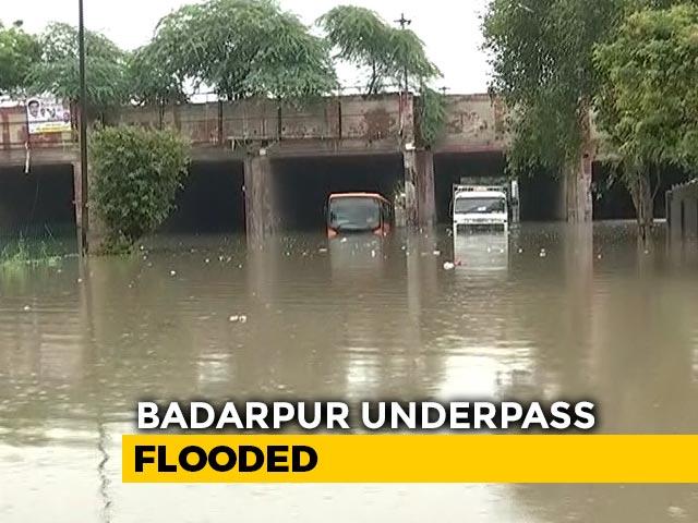 Video : Delhi Rains: Slow Traffic, Waterlogging in Several Areas