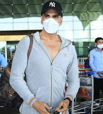 Akshay Kumar And Family Fly To London; Keep Distance, He Tells Paparazzi