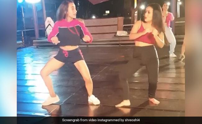नेहा कक्कड़ ने 'निकले करंट' गाने पर किया धमाकेदार डांस, Video ने मचाया सोशल मीडिया पर धमाल