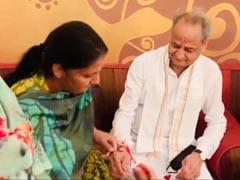 राजस्थान के सियासी संकट के बीच जैसलमेर में महिला विधायकों ने सीएम अशोक गहलोत को बांधी राखी