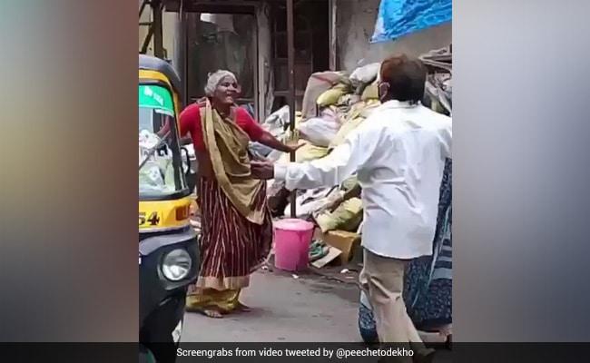 दो बुजुर्ग महिलाओं ने बीच सड़क किया हेलन के गाने पर जबरदस्त डांस, देखकर दंग रह गए लोग - देखें Video