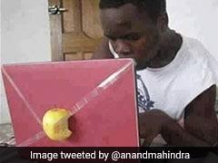 लैपटॉप पर आधा एप्पल लगाकर शख्स कर रहा था काम, आनंद महिंद्रा ने शेयर की Funny Photo