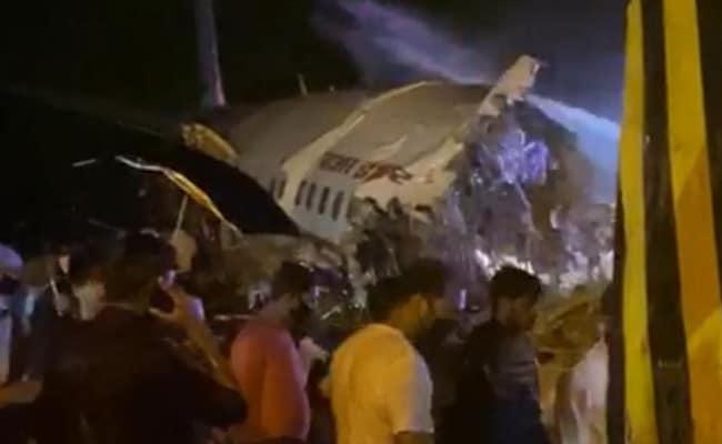 पहली तस्वीरें : केरल में एयर इंडिया एक्सप्रेस के विमान के हुए दो टुकड़े