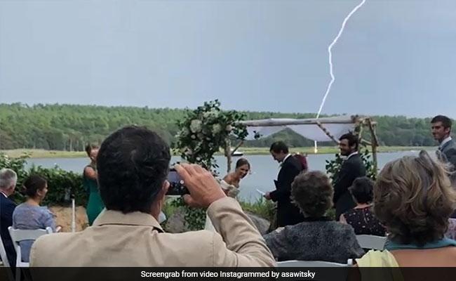 दूल्हे ने उड़ाया साल 2020 का मजाक, पीछे से अचानक बिजली के साथ कड़के बादल, डर गई दुल्हन... देखें Video