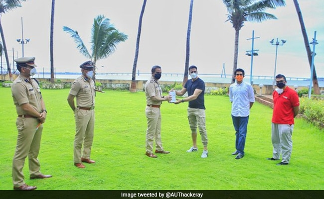 अक्षय कुमार ने मुंबई पुलिस को सौंपा 'फिटनेस हेल्थ ट्रैकिंग डिवाइस', आदित्य ठाकरे ने यूं जताया आभार