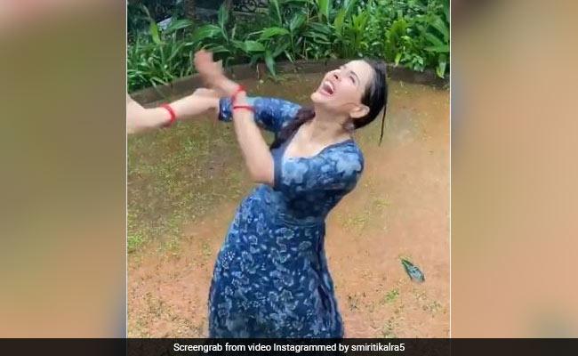 यह एक्ट्रेस मुंबई की बारिश में 'बरसो रे मेघा' सॉन्ग पर मस्ती में डांस करती आईं नजर, Video हो रहा है वायरल