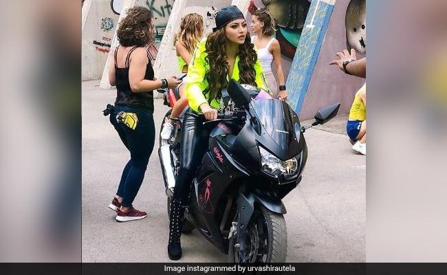 बाइक पर बैठकर गलियों में धूम मचाते नजर आई उर्वशी रौतेला, सोशल मीडिया यूजर ने दिए ये रिएक्शन