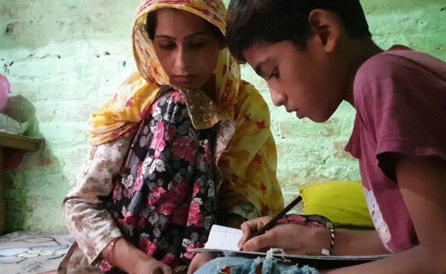 एक फोन, तीन भाई-बहन: इस माली के बच्चों को ऑनलाइन क्लास के लिए करना होता है इंतजार