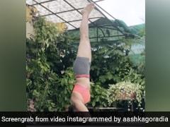 TV एक्ट्रेस Aashka Goradia ने जबरदस्त अंदाज में किया शीर्षासन, खूब देखा जा रहा है Video