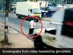 तेज रफ्तार में शख्स के सामने आई गाड़ी, बचाने के लिए ड्राइवर ने मारा जोर से ब्रेक और फिर... देखें Video
