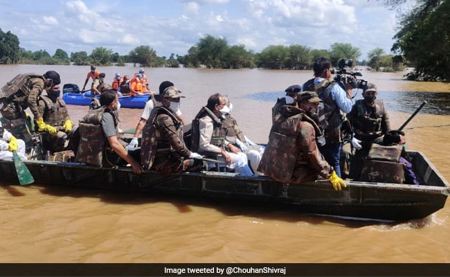 Madhya Pradesh Chief Minister Takes Stock Of Flood-Hit Hoshangabad In A Boat