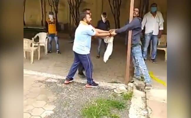 MP: शराब माफिया के गुर्गों की गुंडागर्दी, युवक को बेरहमी से पीटा, वीडियो वायरल