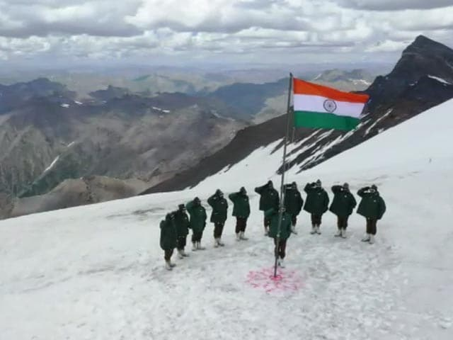 Video : Watch: Indian Soldiers Raise The Flag In J&K's Gurez. Cue Goosebumps