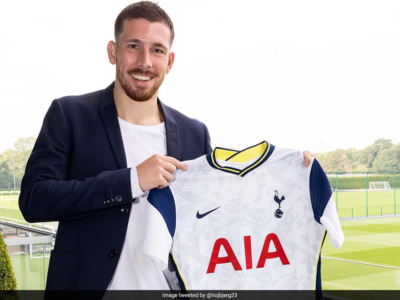 hojbjerg presented as a tottenham player