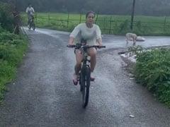 Sara Ali Khan और इब्राहिम में बारिश में हुआ साइकिल का मुकाबला, इनकी हुई जीत- देखें Video