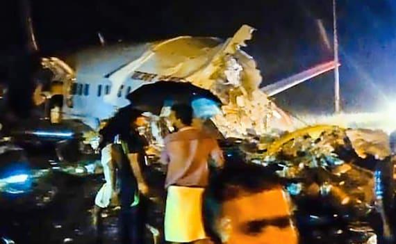 केरल में विमान हादसा: राज्य के डीजीपी ने कहा - 11 लोगों की हुई मौत, 4 लोग विमान के अंदर फंसे