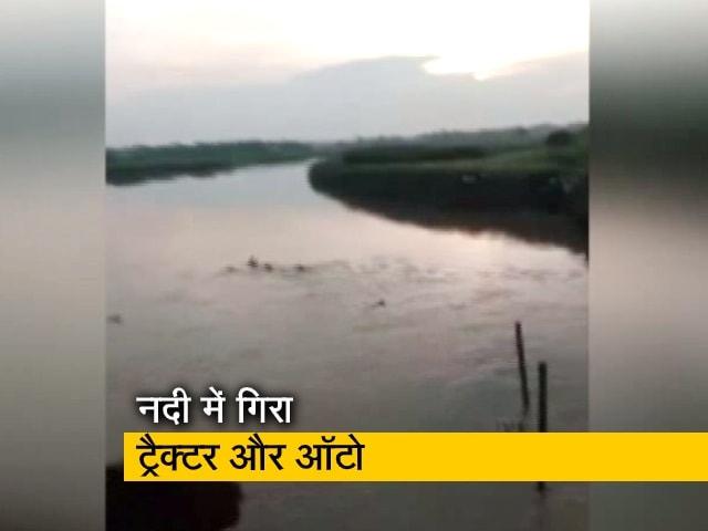 Videos : देश प्रदेश: बिहार के जोकीहाट में पुल का एक हिस्सा टूटा, ट्रैक्टर-ऑटो नदी में गिरे