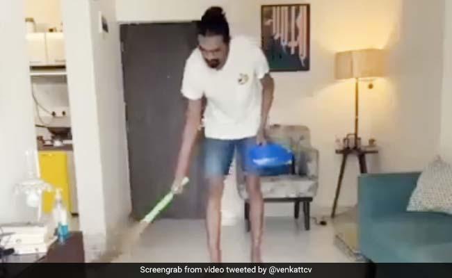 शख्स ने इतने जबरदस्त तरीके से लगाई घर में झाड़ू, देख लोगों की छूटी हंसी, बार-बार देखा जा रहा Video