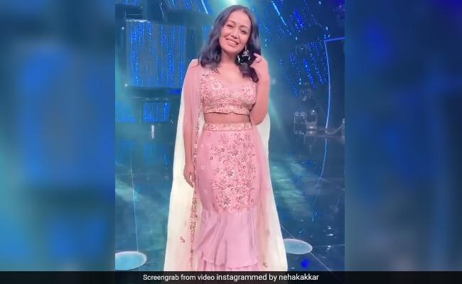 Neha Kakkar ने पिंक लहंगे में कराया Photoshoot, ट्रेडिशनल लुक में दिखा सिंगर का क्यूट अंदाज- देखें Video