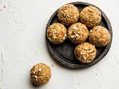 <i>Gur-Chana Ladoo</i> Recipe: This 2-Ingredient Sweet Screams Guilt-Free Indulgence