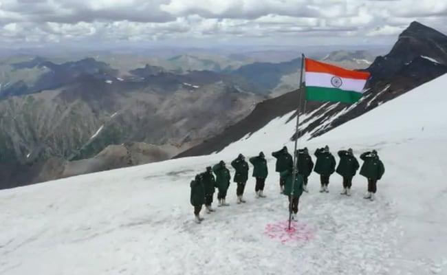 Watch: भारतीय सैनिकों ने जम्मू-कश्मीर के गुरेज में बर्फ से ढकी चोटी पर लहराया तिरंगा...