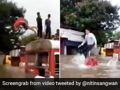 मुंबई में बारिश से सड़कें बनीं नदी, लोगों ने बसों से कूदकर की स्विमिंग, IAS बोले- ज़िन्दगी आपको... - देखें Video