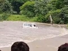 पुल पार करते समय उफनती नदी में बही कार, बचाव की कोशिश नाकाम, चार लोग लापता; देखें VIDEO