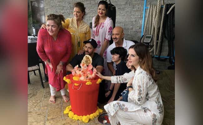 Hrithik Roshan Doing Ganpati Visarjan With Family And Ex Wife Sussanne Khan Photos Viral – ऋतिक रोशन ने परिवार के साथ मिलकर की बप्पा की विदाई, एक्स वाइफ सुजैन खान भी साथ आईं नजर